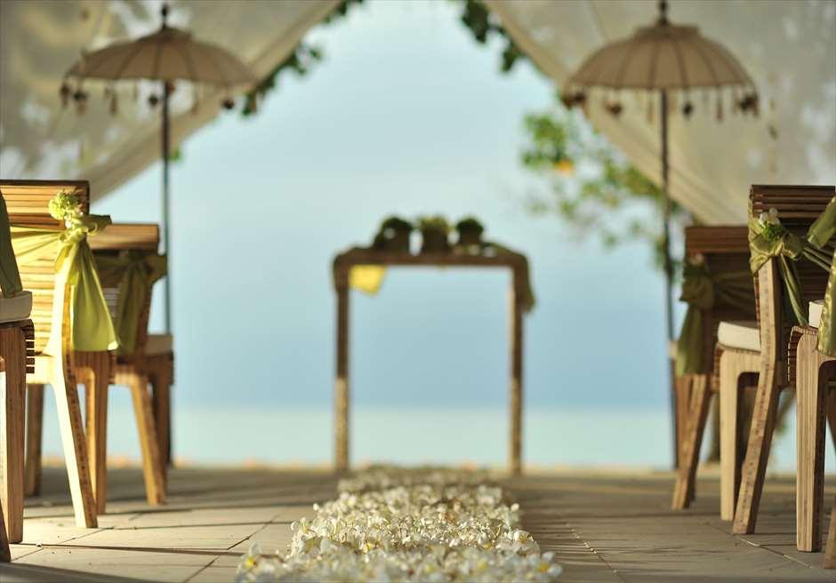 ベルモンド・ジンバラン・プリ・バリ<br /> ナチュラル・バンブー・パビリオン<br /> バージンロードよりジンバランビーチを望む