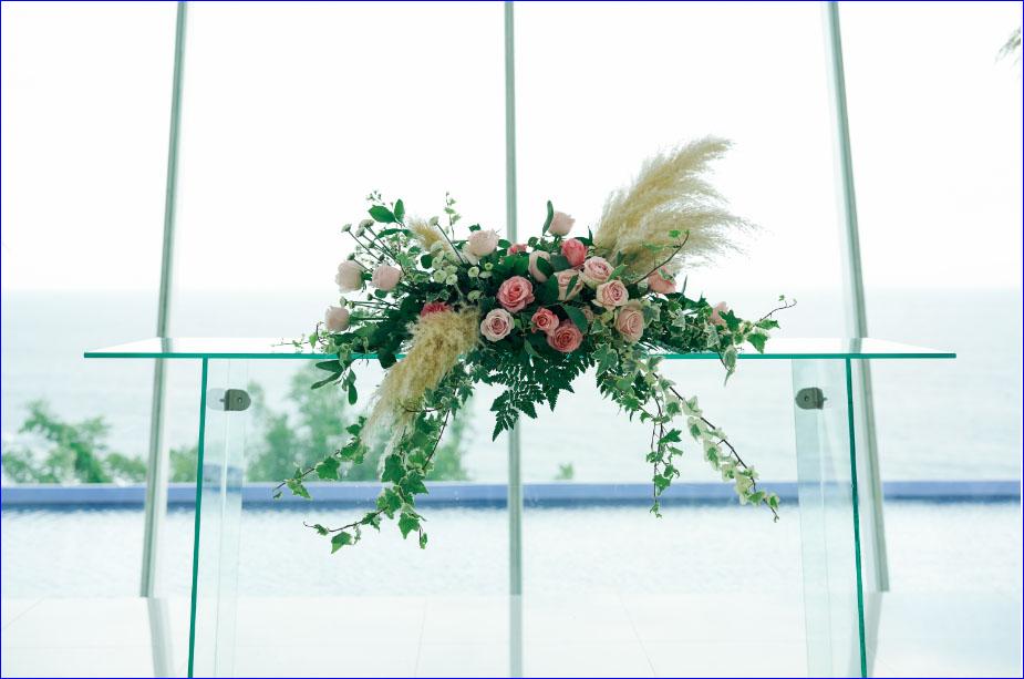 ホワイト・ダブ・チャペル・ウェディング ピンク&グリーン挙式会場装飾 祭壇センターピースフラワー