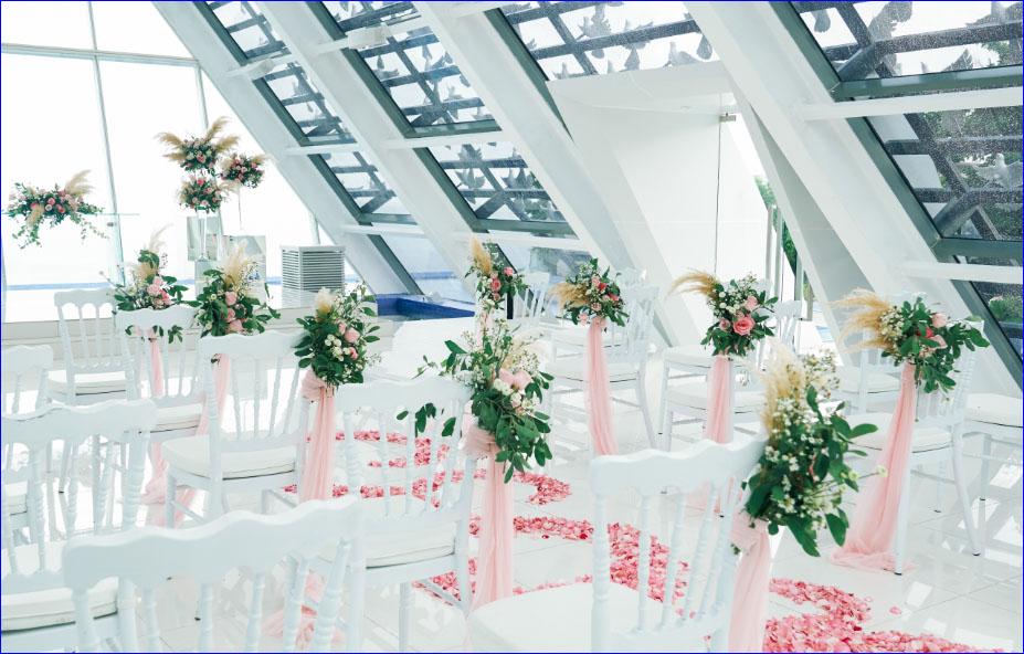 ホワイト・ダブ・チャペル・ウェディング ピンク&グリーン挙式会場装飾 アイルサイド・スタンディングフラワー