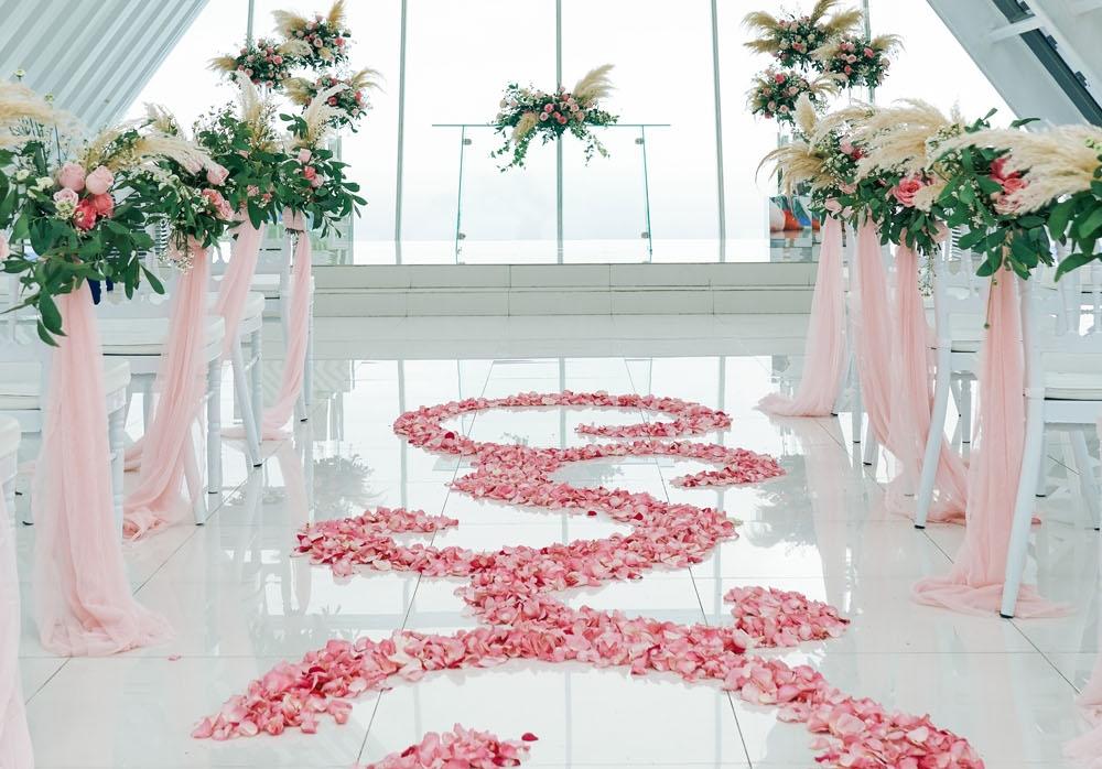 ホワイト・ダブ・チャペル・ウェディング ホワイト&グリーン挙式会場装飾 生花のフラワーバージンロード
