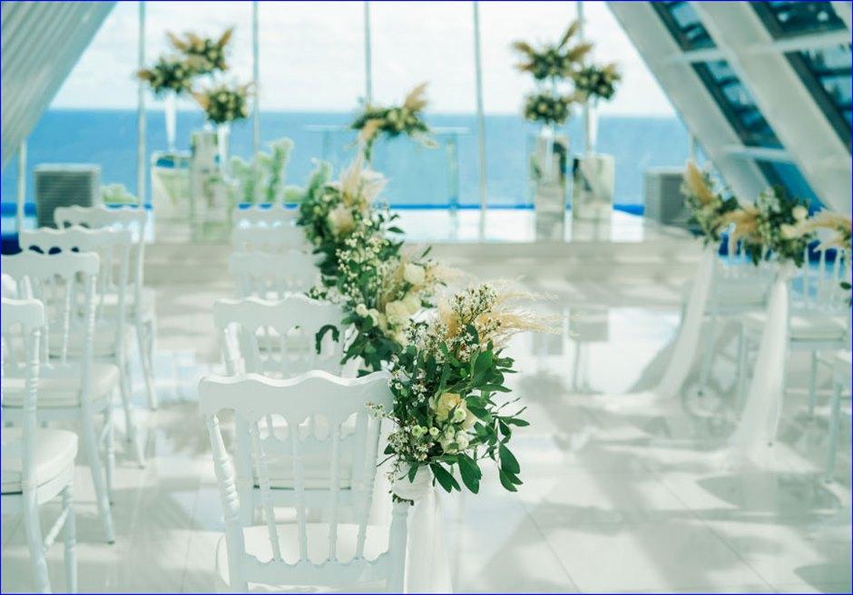 ホワイト・ダブ・チャペル・ウェディング ホワイト&グリーン挙式会場装飾 アイルサイド・スタンディングフラワー