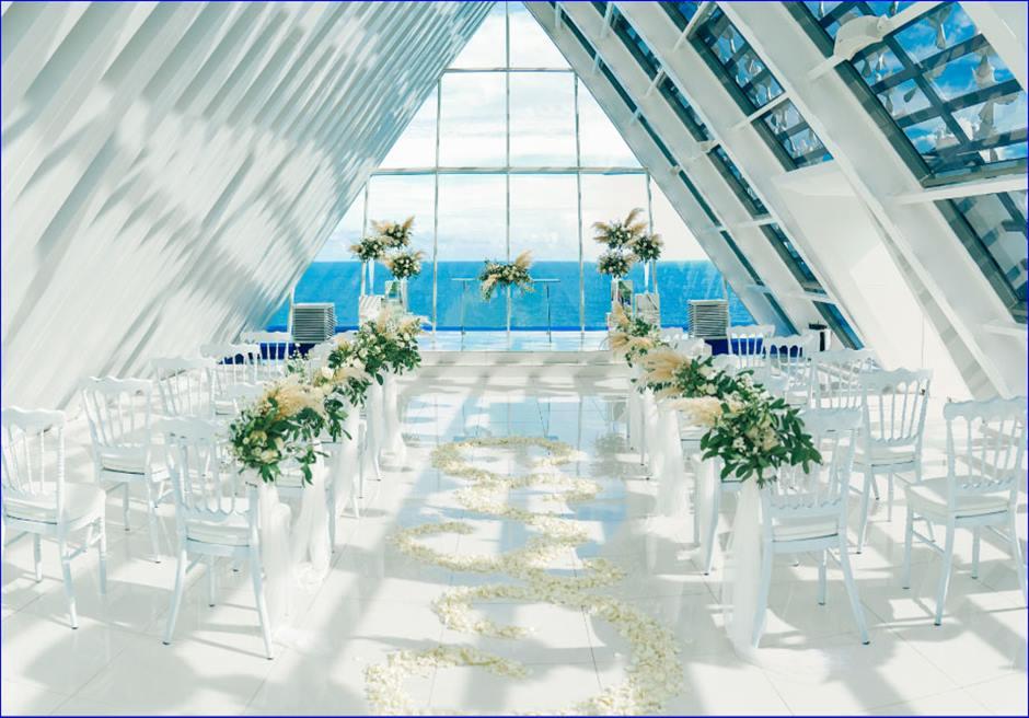 バンヤン・ツリー・ウンガサン ホワイト・ダブ・チャペル・ウェディング ホワイト&グリーン装飾 挙式会場全景
