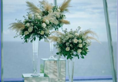 ホワイト・ダブ・チャペル・ウェディング ホワイト&グリーン挙式会場装飾 祭壇周りスタンディンフラワー