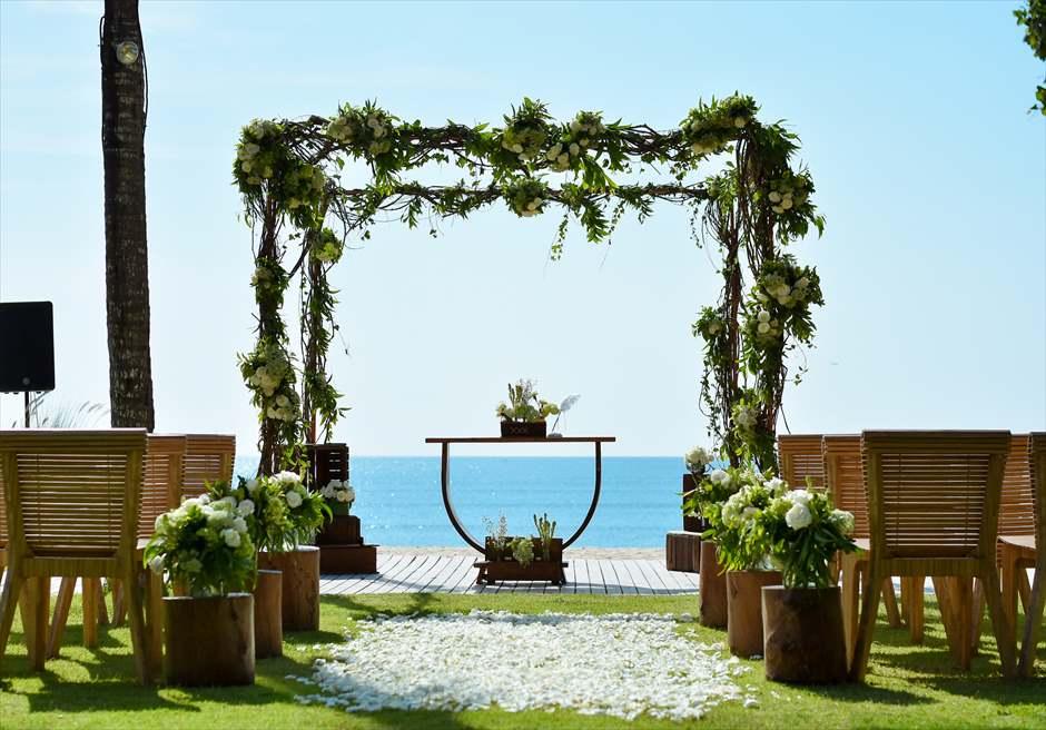 ベルモンド・ジンバラン・プリ・バリ ビーチフロント・ガーデンウェディング 祭壇の目の前に真っ青な海が広がる