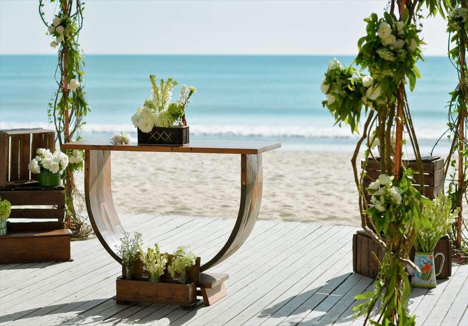 ベルモンド・ジンバラン・プリ・バリ ビーチフロント・ガーデンウェディング 祭壇から美しいビーチを一望する