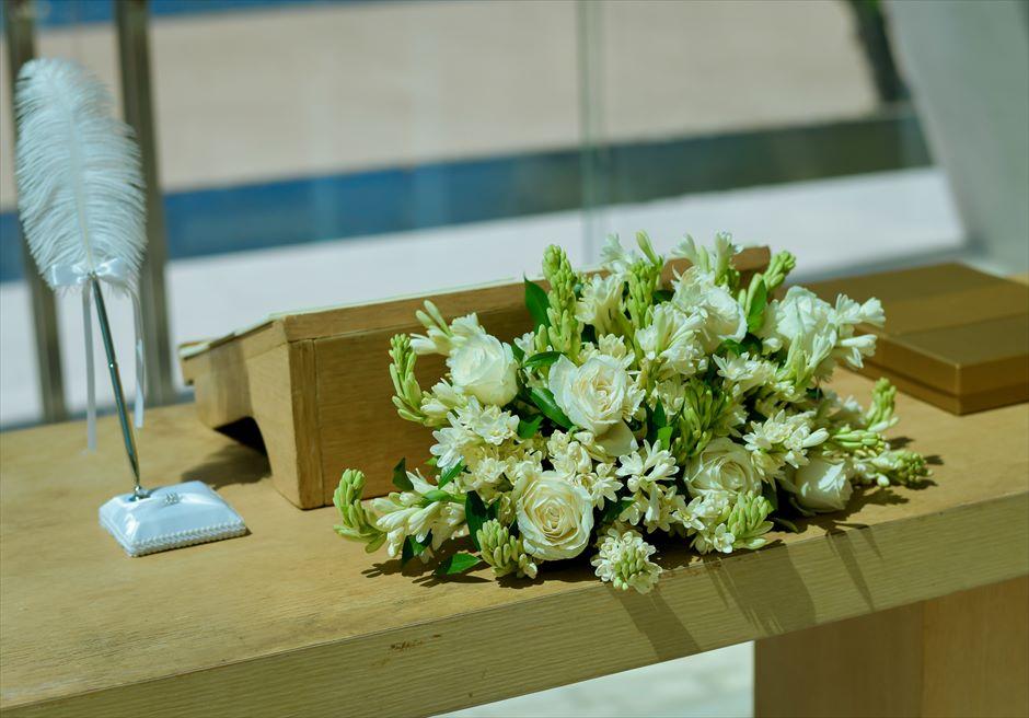 コンラッド・バリ インフィニティ・チャペル│ アロマティック・ウェディング │生花のチュベローズ&ホワイトローズ祭壇装飾
