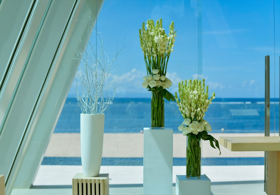 コンラッド・バリ インフィニティ・チャペル│ 祭壇周り装飾 ホワイトウッドの花壇 │生花のチュベローズ&ホワイトローズ