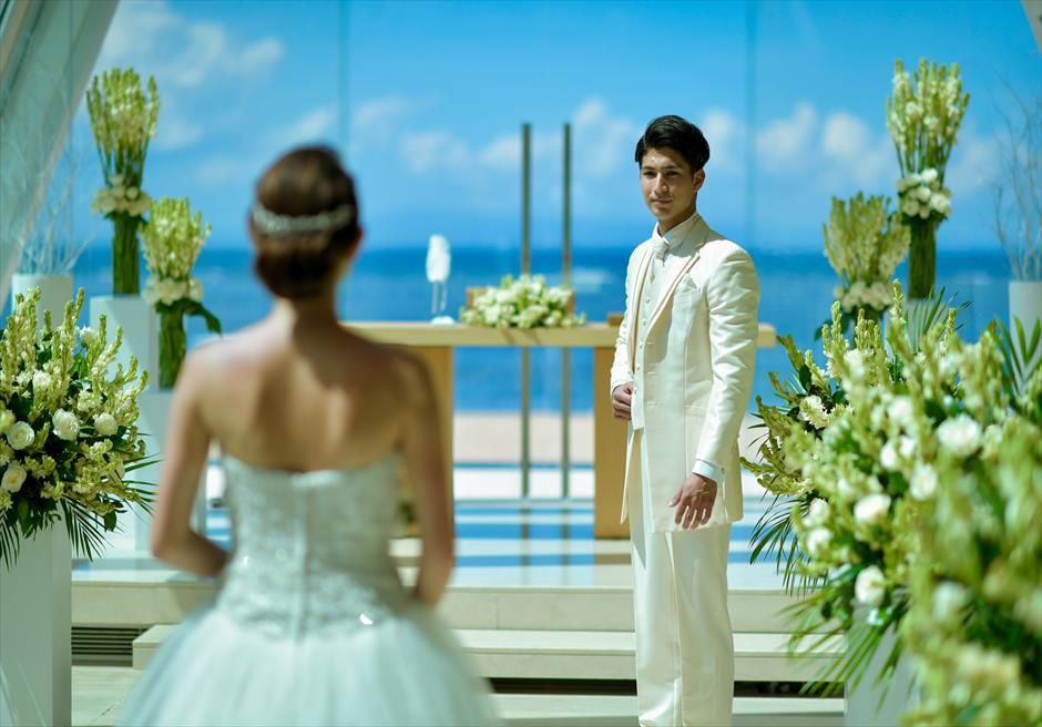 コンラッド・バリ インフィニティ・チャペル │アロマティック・ウェディング│美しいビーチフロントの挙式会場入場シーン