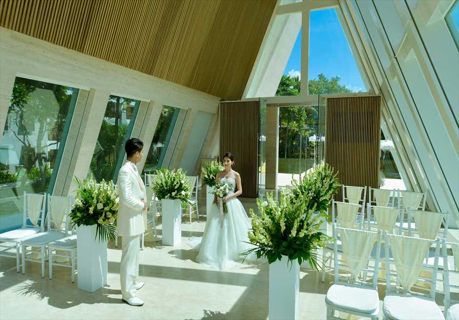 コンラッド・バリ インフィニティ・チャペル │アロマティック・ウェディング │美しいガーデンを背景に挙式会場入場シーン