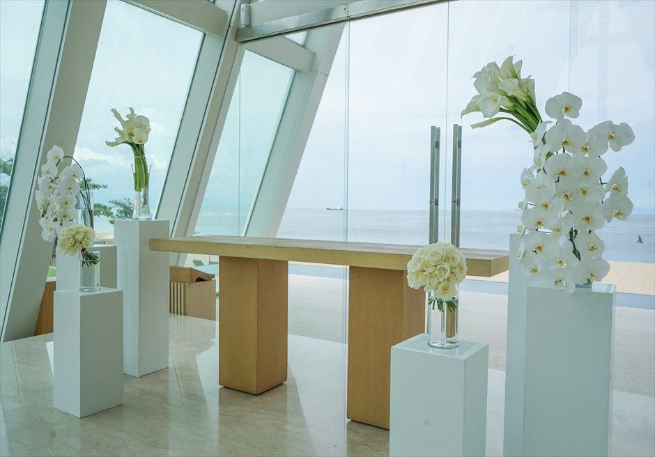 コンラッド・インフィニティ・チャペル │2019年新装飾 モダン・ホワイト&グリーン │生花の祭壇周り装飾