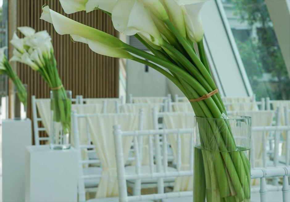 コンラッド・インフィニティ・チャペル│ 2019年新装飾 モダン・ホワイト&グリーン │生花装飾とセレモニーチェア装飾