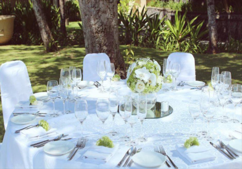 コンラッド・ウェディングパッケージ<br /> ウェディングパーティー(コースメニュー)<br /> 4種類のテーブル装飾より選択可(グリーン)