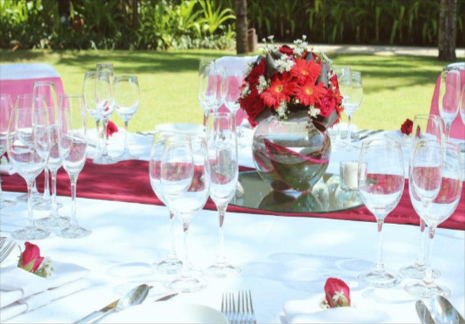 コンラッド・ウェディングパッケージ<br /> ウェディングパーティー(コースメニュー)<br /> 4種類のテーブル装飾より選択可(レッド)