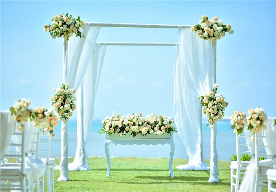 フォーシーズンズ・リゾート・ジンバラン ギリ・ジンバラン・ガーデン・ウェディング ウェディングアーチ&祭壇 生花装飾