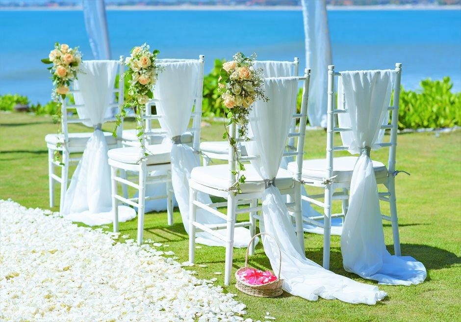 ギリ・ジンバラン・ガーデン・ウェディング ホワイト・ティファニーチェア装飾 アイルサイドフラワー&サッシュ
