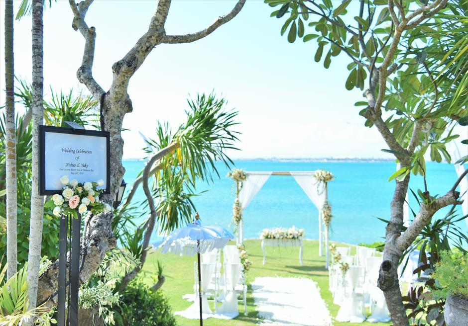 フォーシーズンズ・リゾート・ジンバラン ギリ・ジンバラン・ガーデン・ウェディング ウェルカムボード 生花装飾