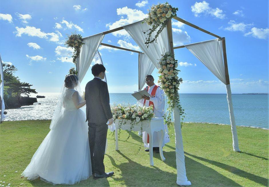 フォーシーズンズ・リゾート・ジンバラン ギリ・ジンバラン・ガーデン挙式シーン 祭壇が越しに美しく真っ青な海が広がる