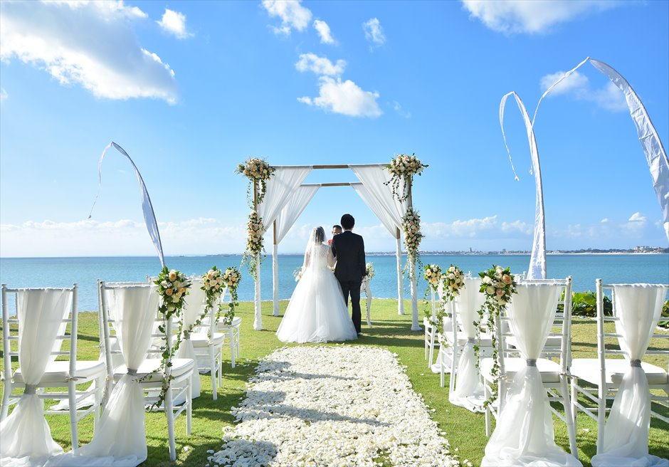 フォーシーズンズ・リゾート・ジンバラン ギリ・ジンバラン・ガーデン・ウェディング 目の前に海が迫る迫力ある挙式シーン