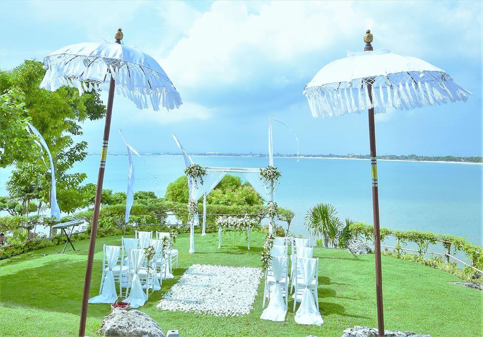 フォーシーズンズ・リゾート・ジンバラン ジンバラン・ガーデン挙式シーン 祭壇前に真っ青な海が一面に広がる