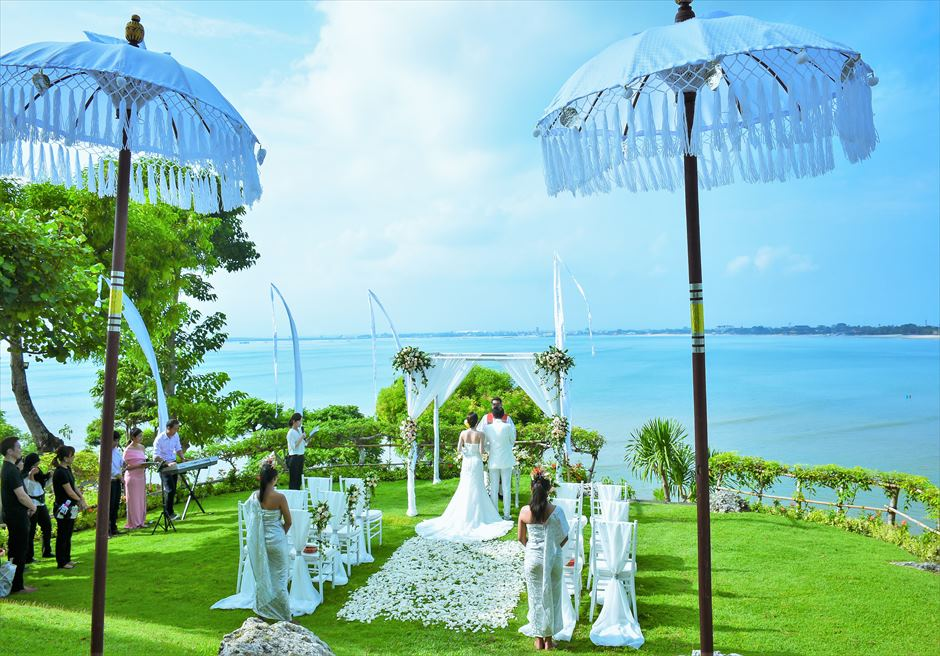 フォーシーズンズ・リゾート・ジンバラン ジンバラン・ガーデン・ウェディング 眼下に広大な海を一望する挙式シーン