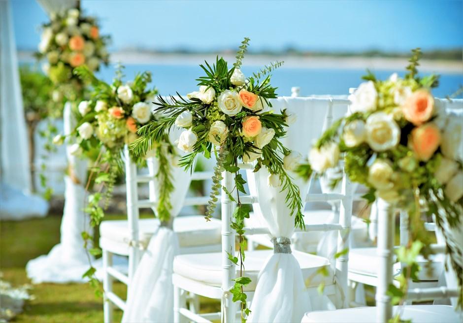 ジンバラン・ガーデン・ウェディング ホワイト・ティファニーチェア装飾 アイルサイドフラワー&サッシュ
