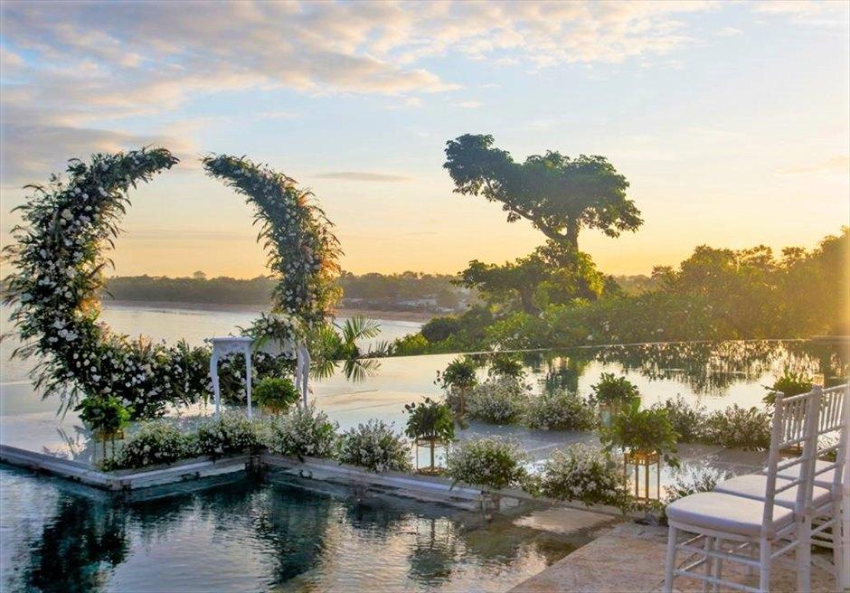 フォーシーズンズ・バリ・ジンバラン プールテラス・ウォーターウェディング 挙式会場から美しいビーチを一望