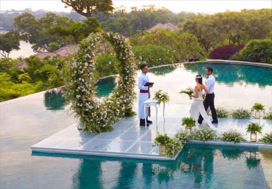 フォーシーズンズ・バリ・ジンバラン プールテラス・ウォーターウェディング 壮大なウェディングシーン