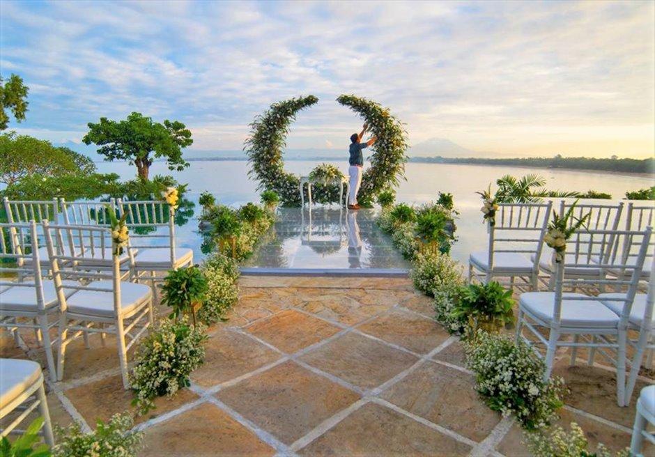フォーシーズンズ・バリ・ジンバラン プールテラス・ウォーターウェディング プール上アクリルボード 生花装飾