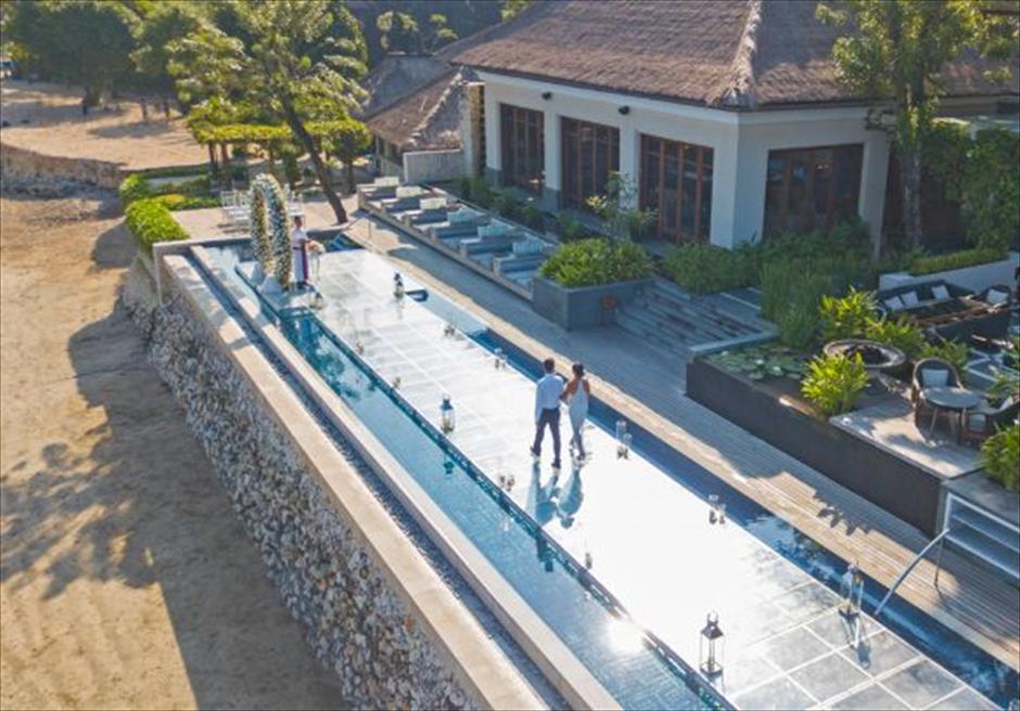 フォーシーズンズ・バリ・ジンバラン スンダラ・プール・ウォーターウェディング バリ島一に長く壮大なプール上の入場シーン