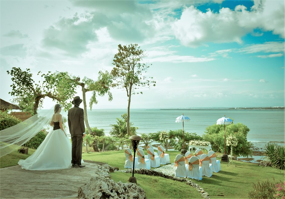 フォーシーズンズ・リゾート・ジンバラン ジンバラン・ガーデン・ウェディング 回廊頂上からの壮大なガーデン入場シーン