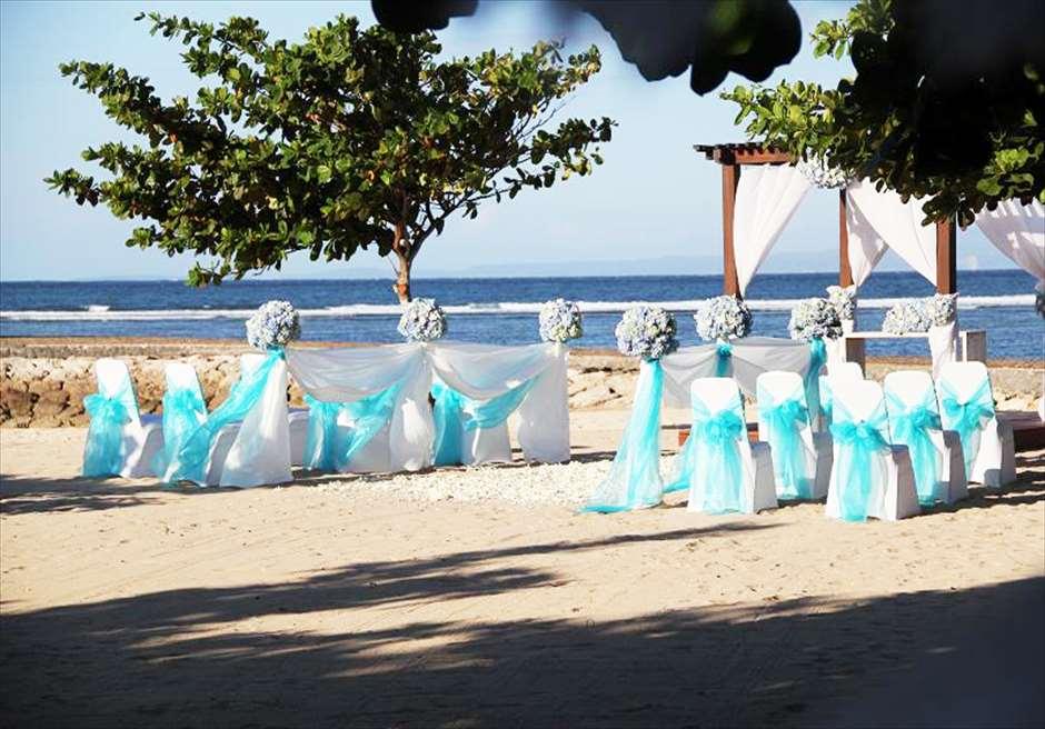 カユマニス・ヌサ・ドゥア・ヴィラ&スパ プライベートビーチ・ウェディング ブルー装飾
