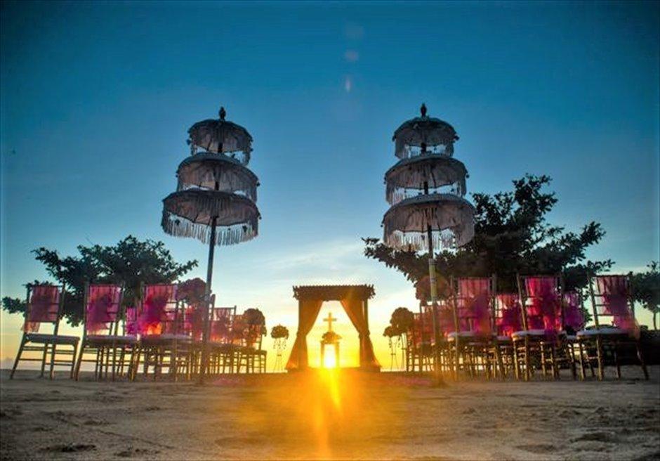 カユマニス・ヌサドゥア ビーチ・ウェディング オレンジ 挙式会場装飾全景