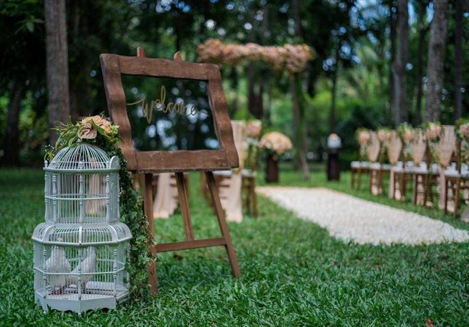 カユマニス・ヌサドゥア挙式 グリーン・パティオ・ガーデン・ウェディング ウェルカムボード&ホワイトダブ