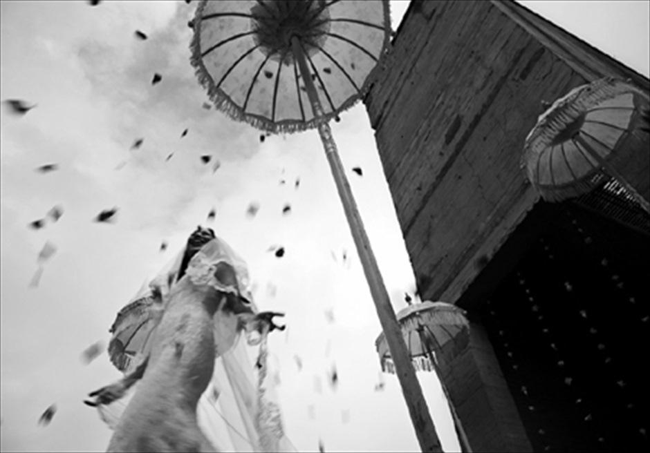 カユマニス・ヌサ・ドゥア・ヴィラ&スパ グラス・チャペル・ウェディング チャペル・エントランス フラワーシャワー