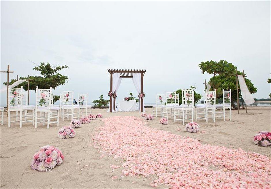 カユマニス・ヌサドゥア ビーチ・ウェディング ラスティック・ピンク生花装飾 挙式会場全景