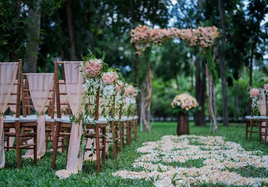 カユマニス・ヌサドゥア挙式 グリーン・パティオ・ガーデン・ウェディング 挙式会場生花装飾