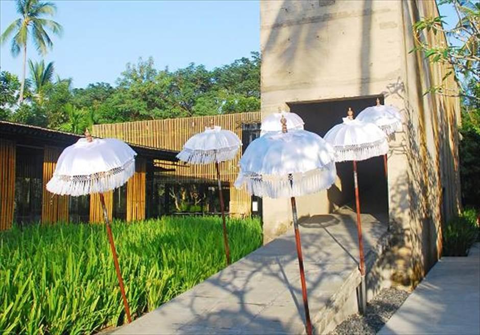 カユマニス・ヌサ・ドゥア・ヴィラ&スパ グラス・チャペル・ウェディング  チャペル・エントランス バリ傘装飾