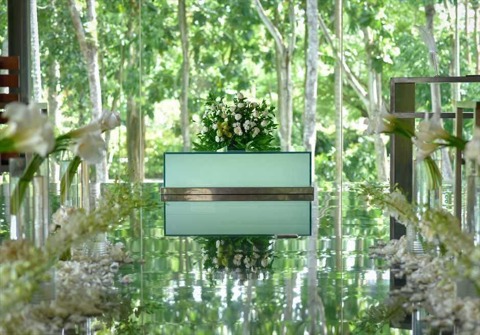 カユマニス・ヌサ・ドゥア・ヴィラ&スパ グラス・チャペル・ウェディング  挙式会場 祭壇生花装飾