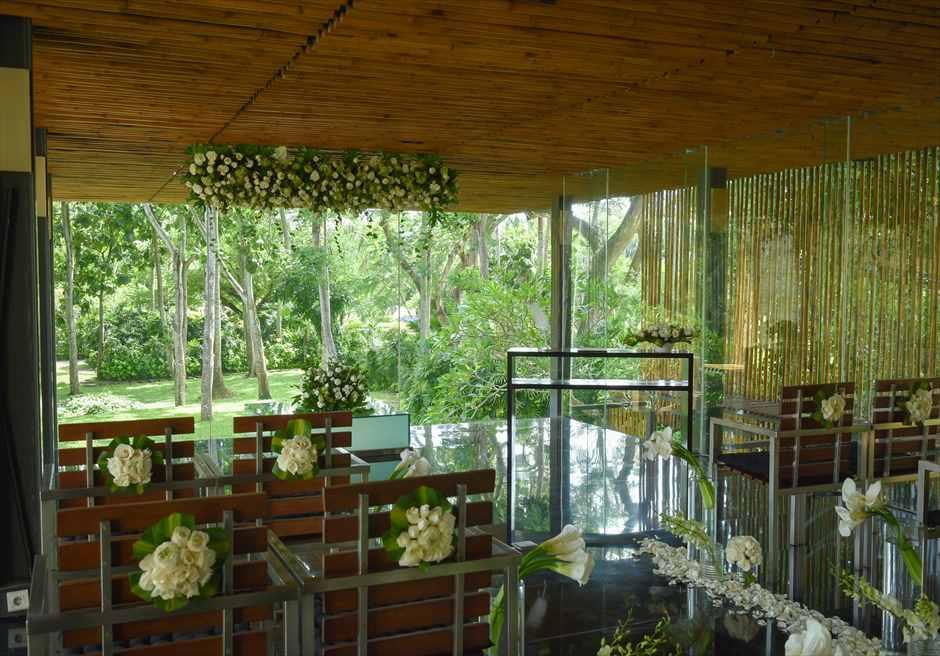 カユマニス・ヌサ・ドゥア・ヴィラ&スパ グラス・チャペル・ウェディング  挙式会場生花基本装飾
