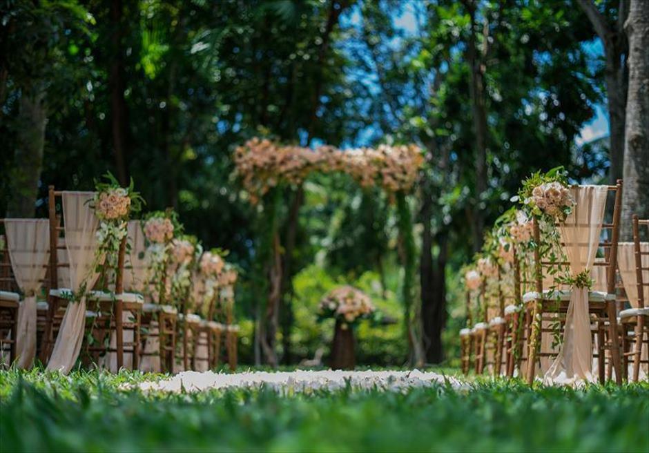 カユマニス・ヌサドゥア挙式 グリーン・パティオ・ガーデン・ウェディング アイルサイド生花装飾