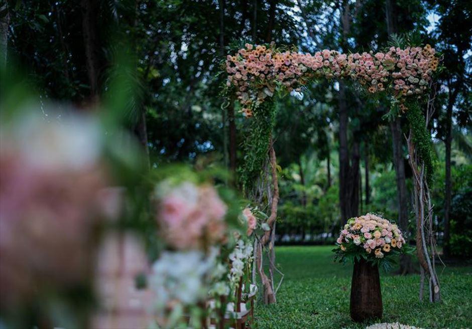 カユマニス・ヌサドゥア挙式 グリーン・パティオ・ガーデン・ウェディング ウェディングアーチ生花装飾