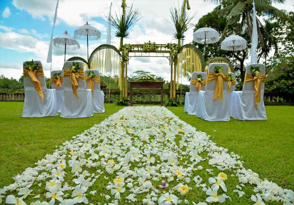 プリ・ウランダリ・ウブド・バリ結婚式 バリニーズ・スタイル・ウェディング 生花のバージンロード