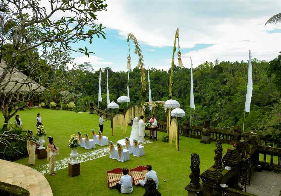 プリ・ウランダリ・ブティック・リゾート スカイ・ガーデン・ウェディング  ウブドのジャングルを望む絶景の挙式シーン
