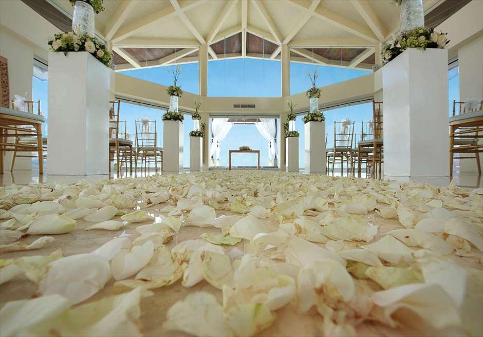 チャペル・オブ・スミニャック <br /> ビーチフロント・チャペル・シーブリーズ・ウェディング<br /> 基本装飾 生花のフラワーバージンロード