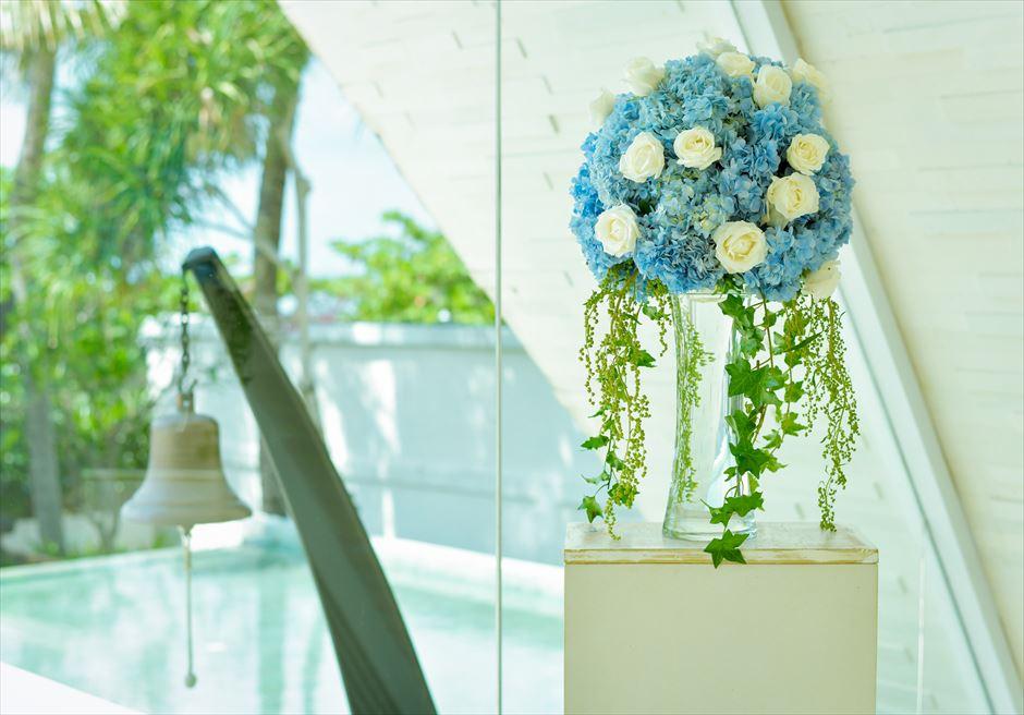 ウル・シャンティ・チャペル │オール・ブルー・ウェディング│ 祭壇両サイド生花のスタンディングフラワー
