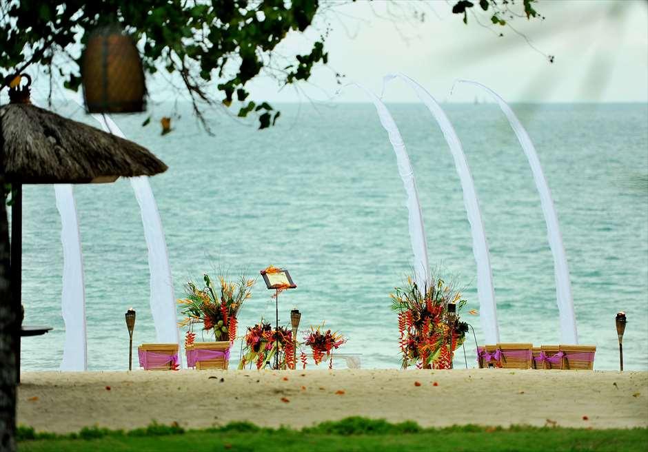 ベルモンド・ジンバラン・プリ・バリ<br /> ガーデンよりビーチウェディング<br /> 挙式会場を望む