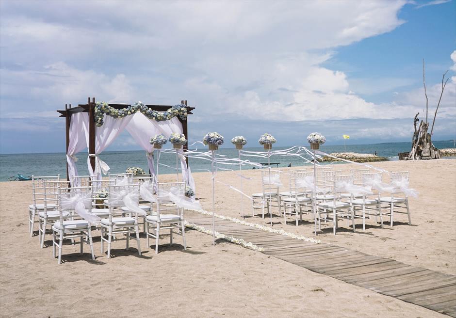 ビーチウェディング  挙式会場基本装飾D 6つの生花スタンディングフラワー