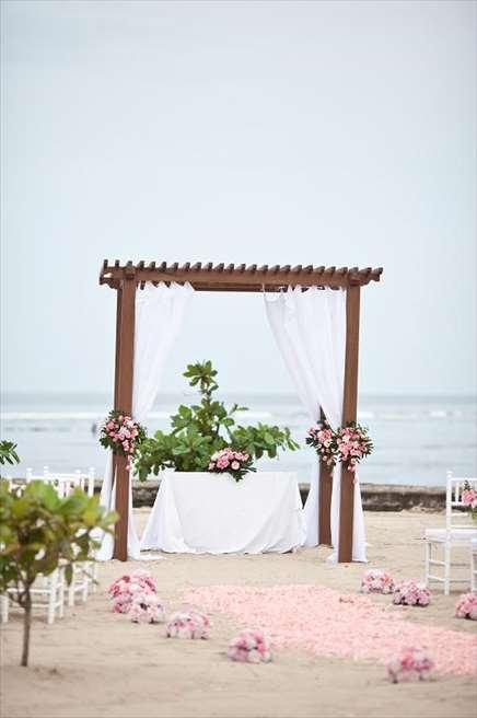 カユマニス・ヌサ・ドゥア・ヴィラ&スパ プライベートビーチ・ウェディング ピンク装飾