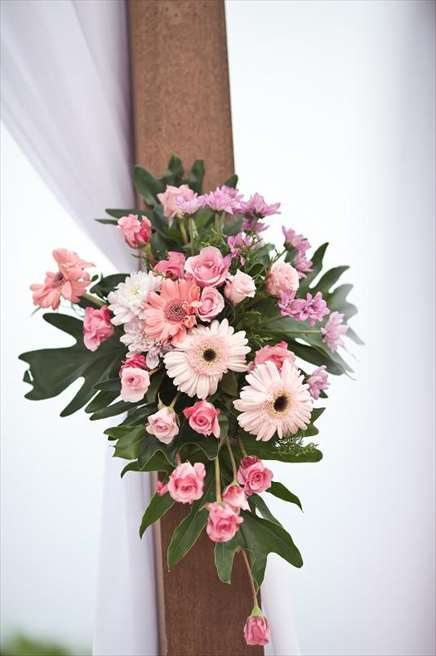 プライベートビーチ・ウェディング ピンク ウェディングキャノピー生花装飾