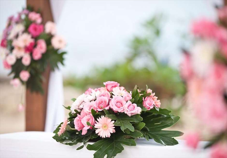 プライベートビーチ・ウェディング ピンク 祭壇生花装飾